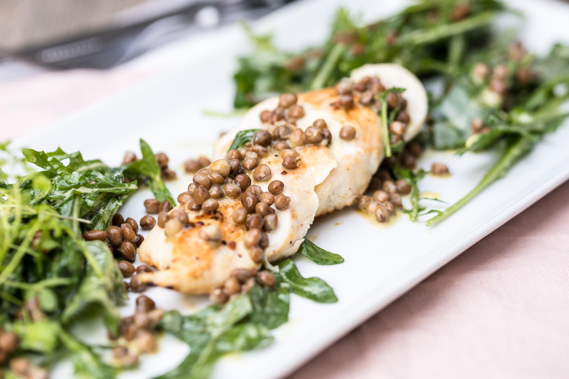 Rucola-Linsen-Salat auf Hähnchenbrust