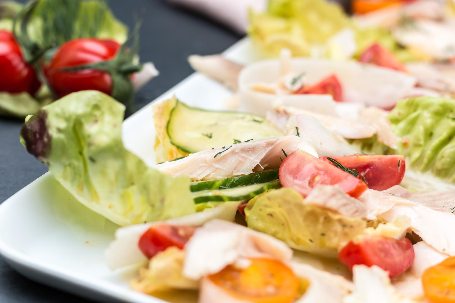 Gurken-Tomaten-Salat mit geräucherter Forelle